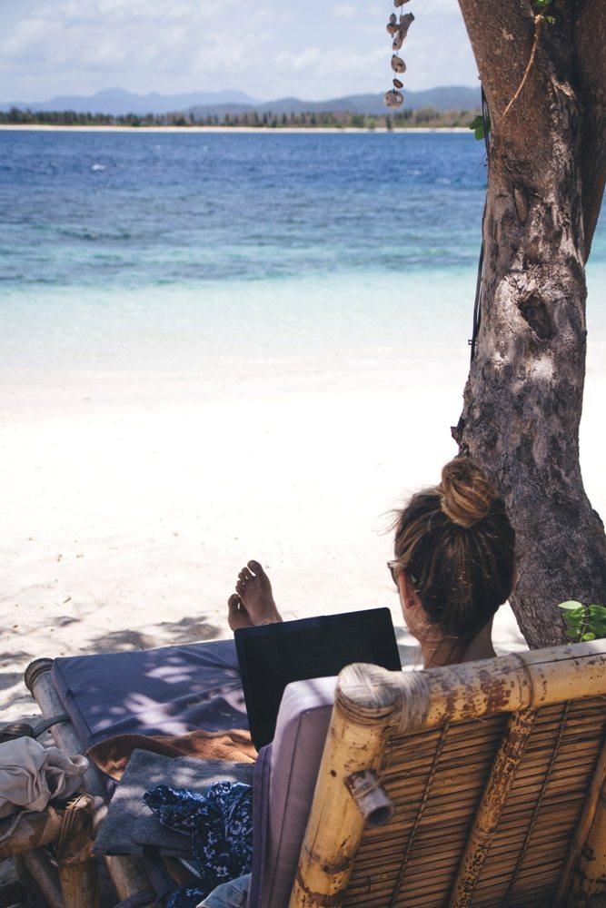 Arbeiten am Strand von Gili Layar auf Lombok - und die Zeit wird angehalten