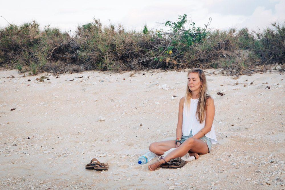 Meditation bringt mehr Achtsamkeit ins Leben und hält die Zeit an - wie hier am Strand auf Gili Layar in Lombok